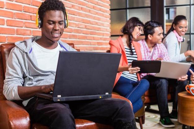スタートアップ企業コーディングのコンピュータープログラマー