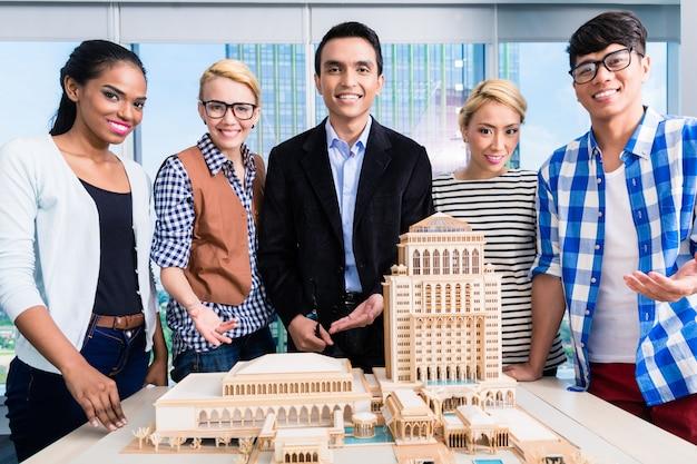 モデルの構築を提示する建築家のチーム