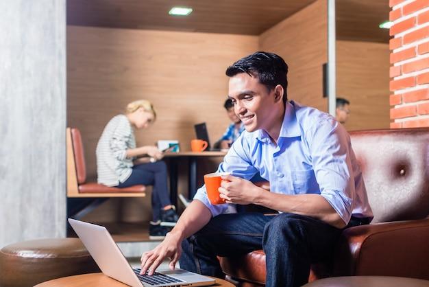 コワーキングオフィスの創造的なビジネス人々