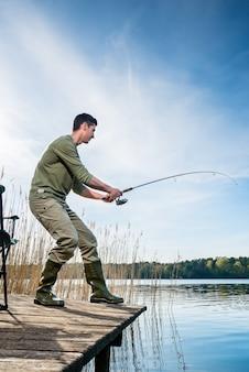 湖で釣り魚を捕る漁師