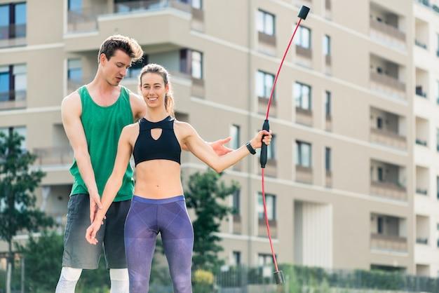 Молодой мужчина и женщина делают упражнения