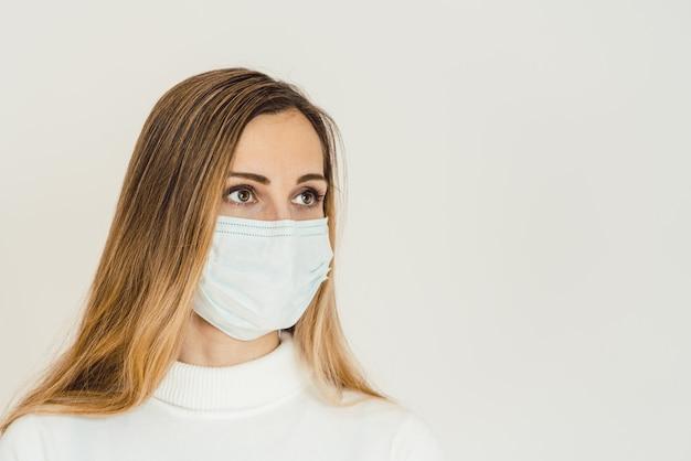 コロナウイルス危機の先にあるものを考えている女性