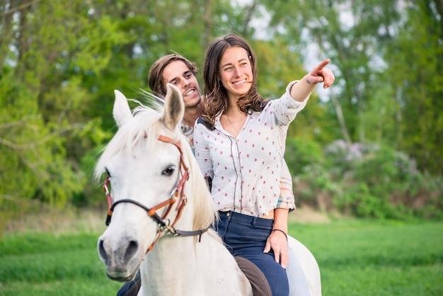 馬に乗ってカップル