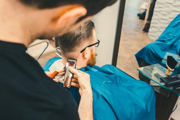 男性理髪を整える理容室