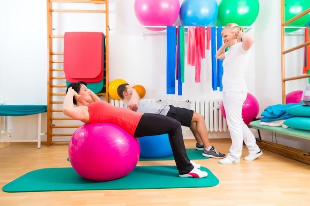 Физиотерапевт дает пациентам гимнастические упражнения