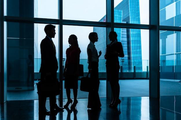 ロビーやホールに立っているビジネス人々のグループ