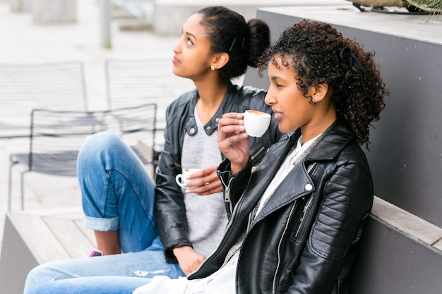 Лучшие друзья пьют кофе в городе