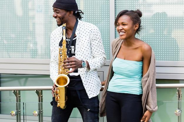 アフリカのカップルがサックスを演奏