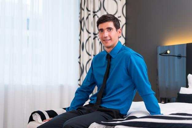 ホテルの部屋に到着した男