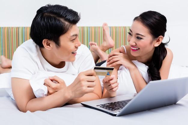 彼らの寝室からオンラインショッピング中国のカップル