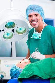 手術室での手術中の医者