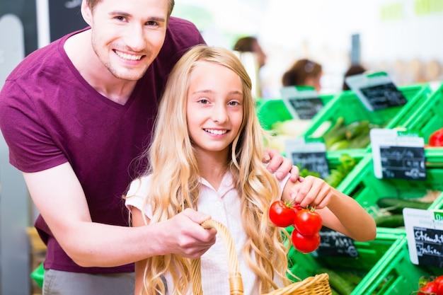 コーナーショップでの家族の食料品の買い物