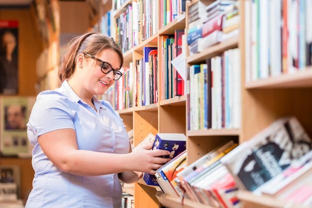 本を探して本を探している女性
