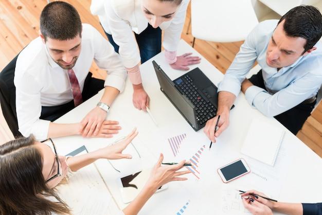 会議でのビジネスの女性と男性のアイデアを見つけること