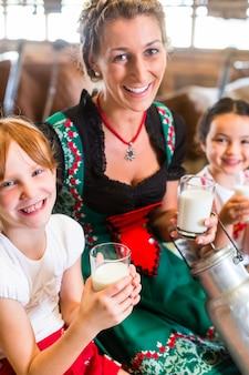 牛舎で牛乳を飲むバイエルン家族