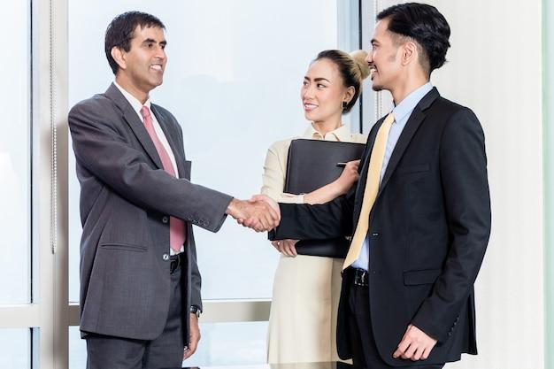 秘書は就職の面接のための上司に応募者を紹介します