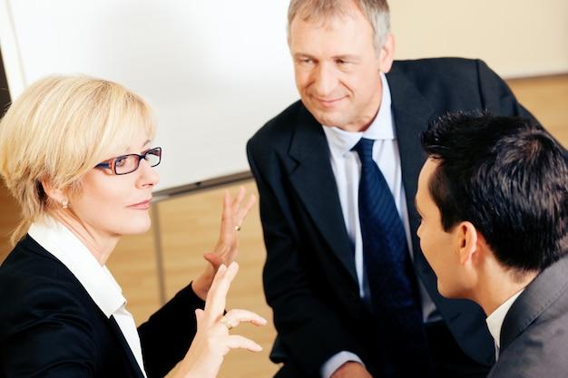 プロジェクトを議論する事業チーム