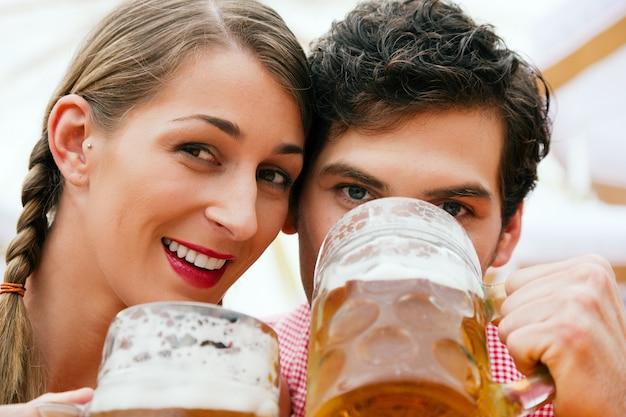 ビールテントの中でカップル