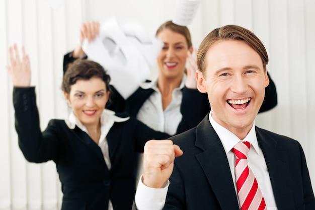大きな成功を収めているオフィスのビジネスマン