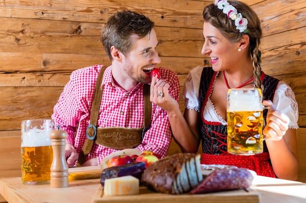 アルプスの山小屋で夕食を持っているカップル
