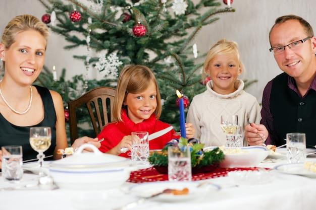 クリスマスディナーを持っている家族