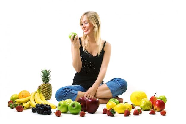 Женщина ест зеленое яблоко