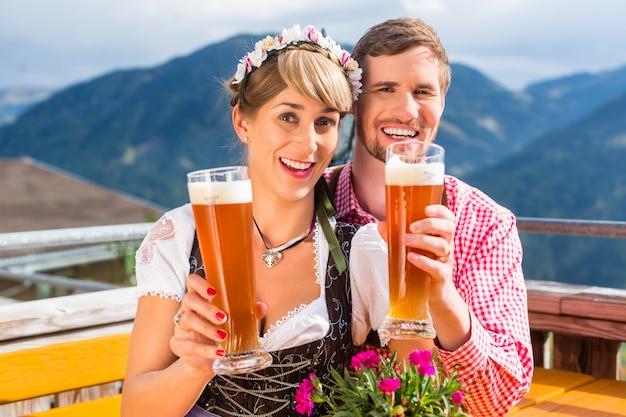 小麦ビールを飲む山小屋をカップルします。