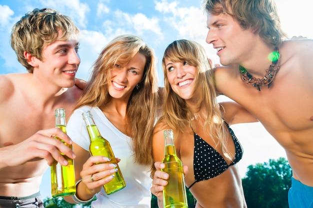 ビーチでパーティーを祝う