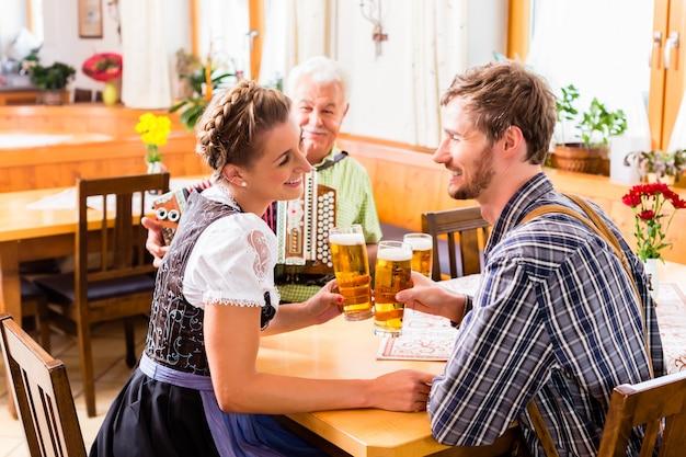 男と女のバイエルン料理レストラン