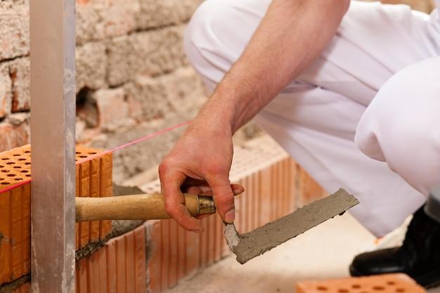建設現場で働く煉瓦工