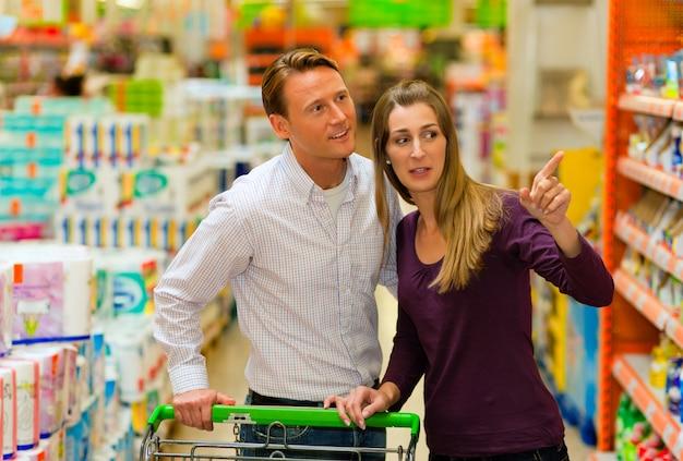 ショッピングカートとスーパーマーケットのカップル
