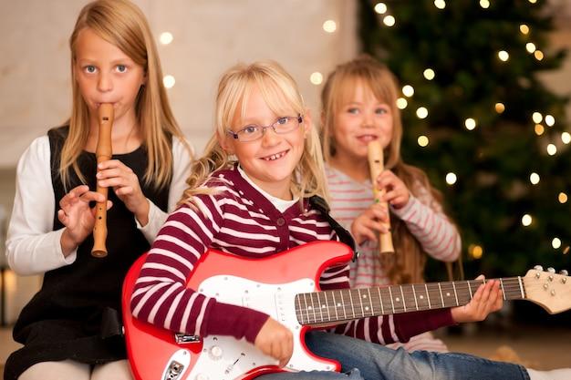 Дети делают музыку на рождество