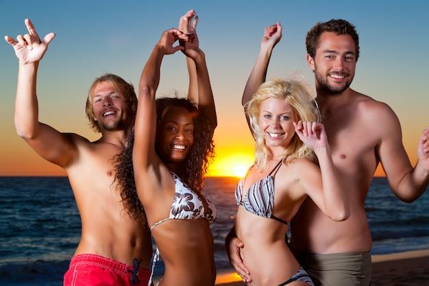 ビーチでパーティーをしている人々