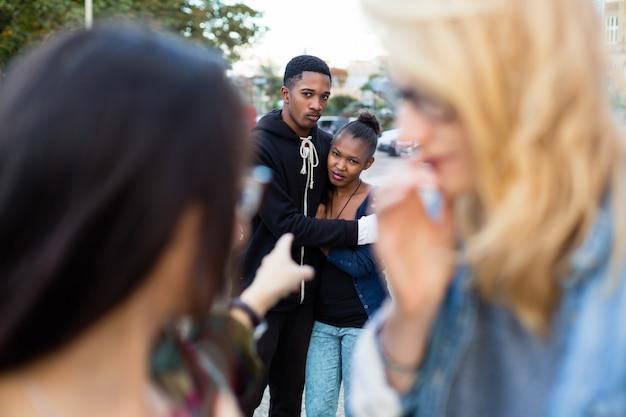 人種差別 - いじめられている黒いカップル