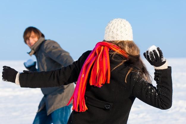 雪合戦を持っているカップル