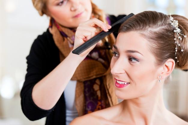 花嫁の髪型を固定するスタイリスト