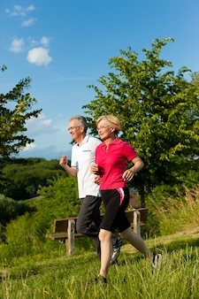 スポーツのためジョギング年配のカップル