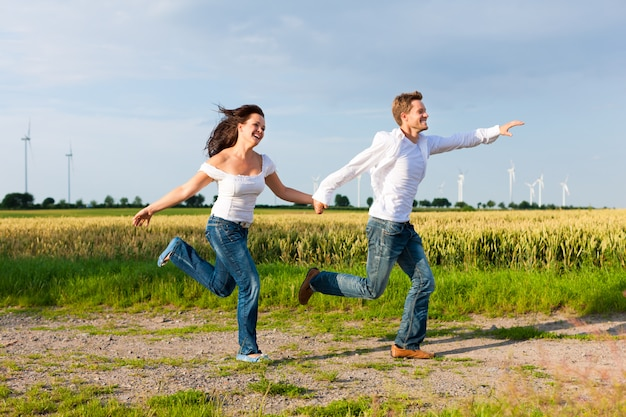 未舗装の道路で実行されている幸せなカップル
