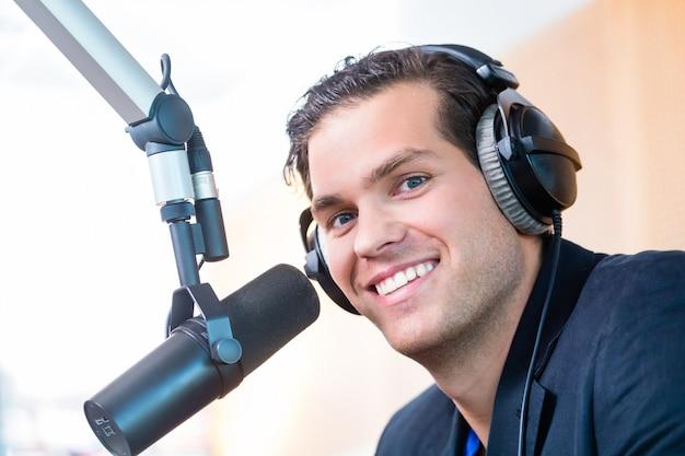 放送中のラジオ局のラジオ司会者