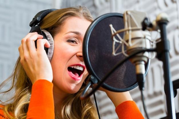 スタジオでレコーディングするための女性歌手またはミュージシャン