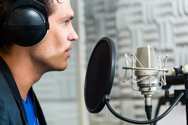 スタジオでレコーディングするための男性歌手またはミュージシャン