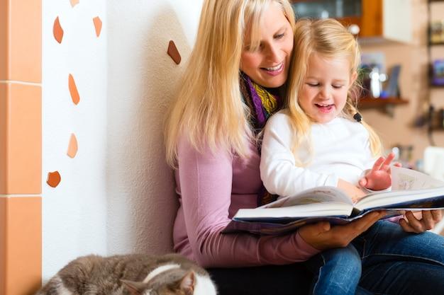 母は家で子供に夜物語を読んで