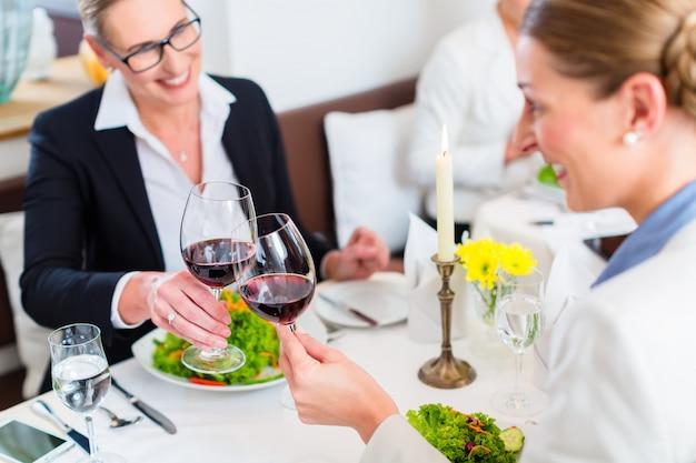 ワインで乾杯ビジネスランチの女性