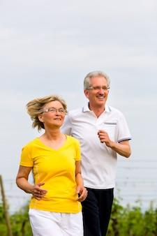 高齢者のスポーツをしている自然の中でジョギング