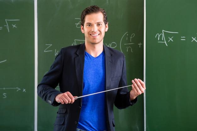 学校の授業の前にポインターを持つ先生
