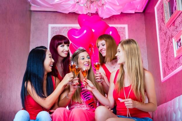 ナイトクラブで独身パーティーをしている女性