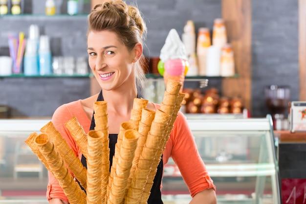 Женский продавец в салоне с мороженым