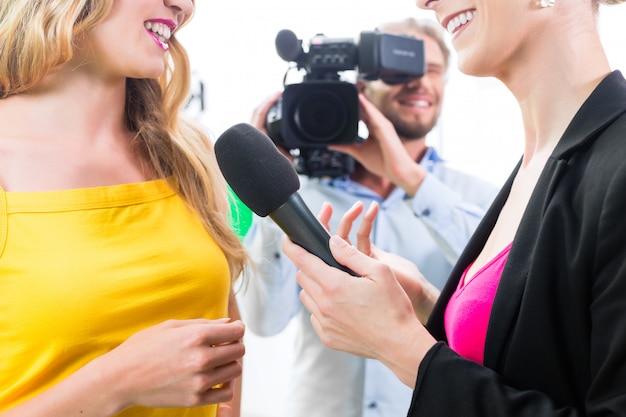 記者とカメラマンはインタビューを撃ちます