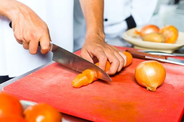 Шеф-повар в ресторане кухня приготовления
