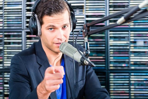空気中のラジオ局で男性のラジオ司会者